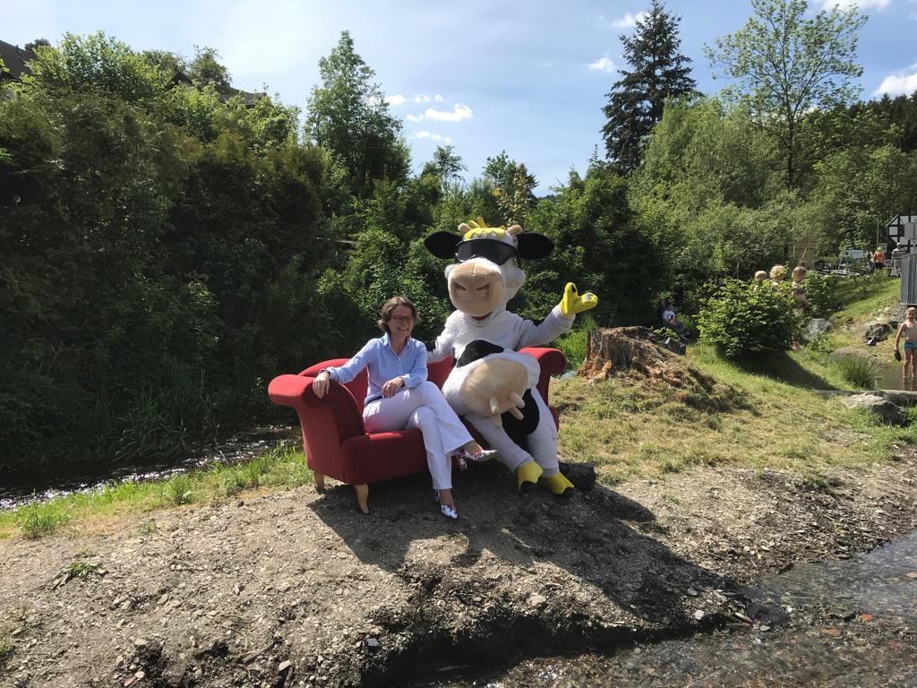 NRW-Heimatministerin Frau Ina Scharrenbach mit Kuh Lotte