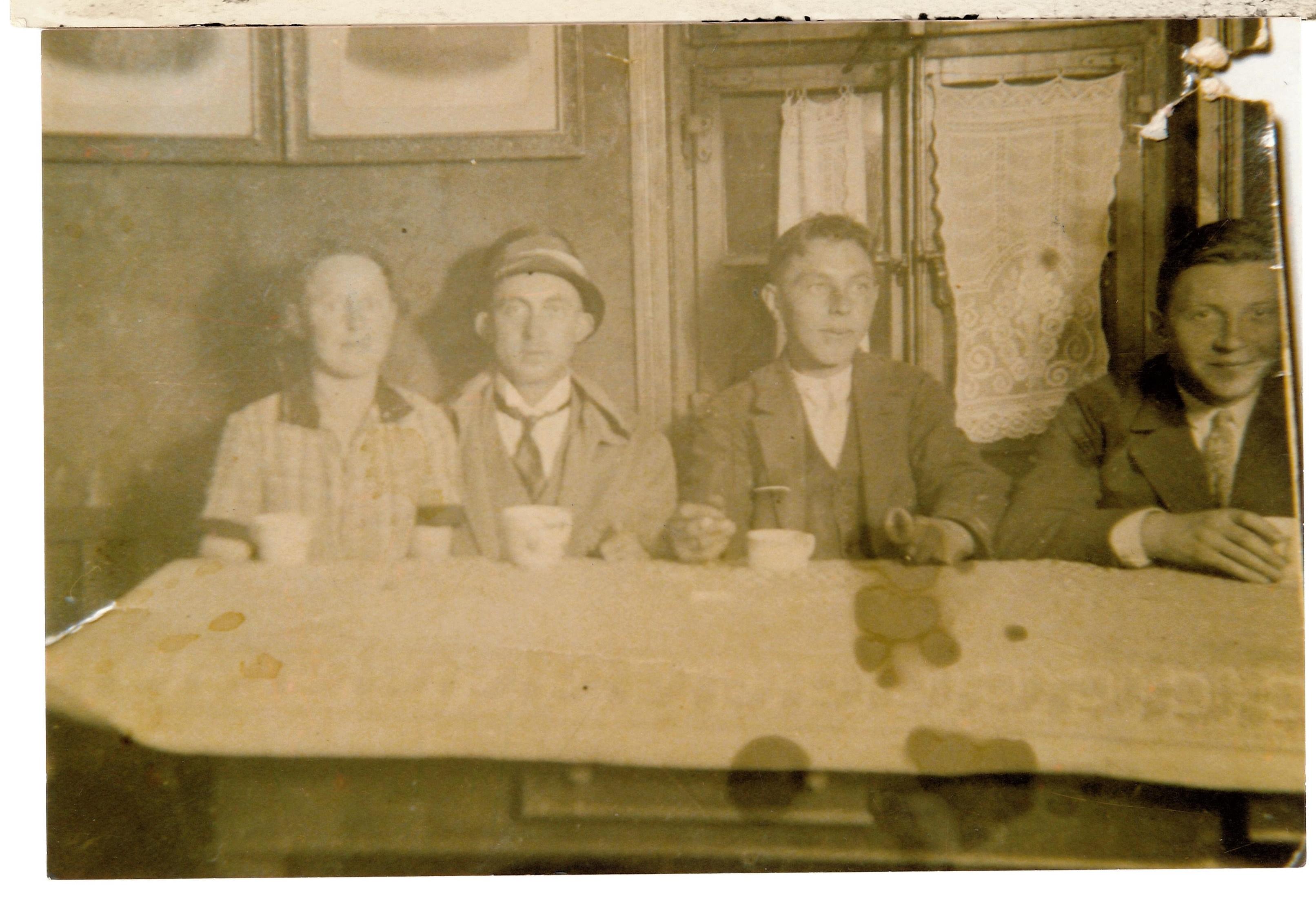 Gesellschaft am Tisch im Gasthof Aufmhoff