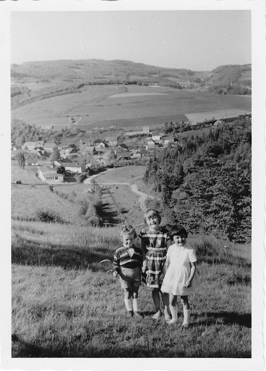 Kinderbild mit Dorfansicht 1963